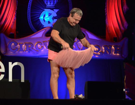 Auf der Bühne verwandelt sich Bob Carey in Mr Tutu von The Tutu Project.