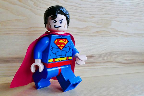 Helden wie Superman sind beliebt, da sie sich mutig und selbstlos für Wehrlose einsetzen und das Böse bekämpfen.