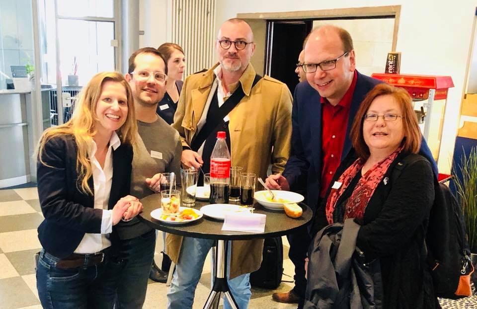 Das KonferenzCamp Blog4Business – hier ein Foto von 2018 mit Daniela Sprung, Rouven Kasten, Jochen Mai, Klaus Eck und Pia Kleine Wieskamp – ist die ideale Netzwerk-Veranstaltung für Blogger mit Inspiration, Know-how und Austausch.