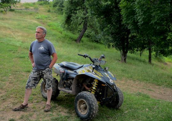 Milomir Petrovic posiert vor seinem Quad auf der (Urlaubs)Farm Kolibia wie ein Großwildjäger.