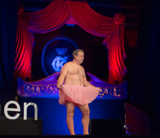 """Bob Carey stellt auf der TEDx-Bühne in München sein """"Tutu Projekt"""" vor."""